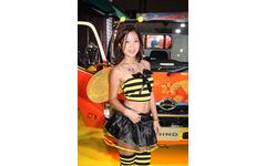 【東京オートサロン16】コンパニオン…日野自動車 画像