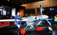 【東京オートサロン16】ファルケンブースに飛行機!? エアレース参戦機が登場 画像