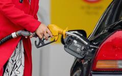 燃料油の国内販売、ガソリンなど低迷で3か月連続マイナス…2015年12月 画像