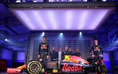 【F1】レッドブル、2016年マシンのカラーリングをお披露目 画像