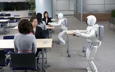 ホンダ ASIMO 複数で協調しながら接客 画像