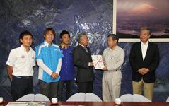 静岡県小山町へGTドライバーが義援金を贈呈…台風9号 画像