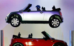 【バーミンガムモーターショー04】オープンエアシアターでMINIが空を飛ぶ 画像