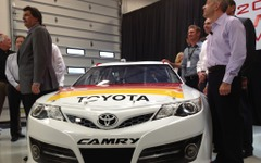 トヨタ カムリ 新型、NASCARレーサーが完成 画像