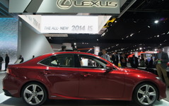 【デトロイトモーターショー13】レクサス IS 新型、ハイブリッドの燃費が判明…23km/リットル以上 画像