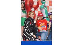 レーシングスーツ姿のアッキーナ、エコドライブに挑戦 画像