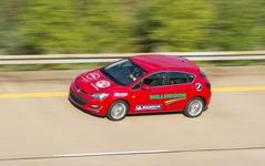 オペル アストラ、24時間耐久走行で新記録…平均車速201km/h 画像