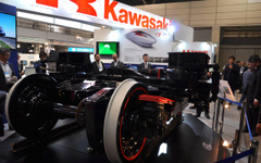 【第3回鉄道技術展】川崎重工、CFRPを採用した次世代台車「efWING」の実物を展示 画像