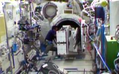 ISSの若田宇宙飛行士、「きぼう」からナノラックスの超小型衛星を放出準備を開始 画像