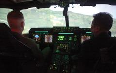 沖縄防衛局と外務省関係者、「オスプレイ」フライト・シミュレーターによる飛行体験 画像