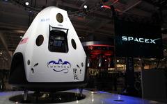 スペースX、有人宇宙船『ドラゴン V2』試作機を公開 画像