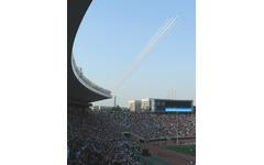 ブルーインパルス、国立競技場上空から3万6000人を魅了 画像