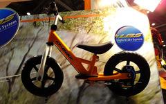 【東京おもちゃショー14】2歳児からのチャリ体験…バランスとブレーキを学ぶ軽快キックバイク 画像