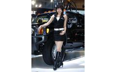 【東京モーターショー05】コスプレか? ファッションか?…ハマー H3 画像