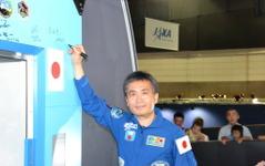 【宇宙博2014】若田宇宙飛行士、「きぼう」実物大モデルにサイン…宇宙エレベーターにコメントも 画像