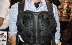 【ギフトショー14】ライダーの身を守る画期的なバックパック 画像