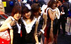 【東京オートサロン06】あの過激衣装のブース、今年は… 画像