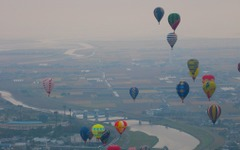 【佐賀バルーンフェスタ14】色とりどり100機もの熱気球が空へ…バイクショー、物産展などでにぎわう 画像
