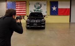 防弾装甲仕様のメルセデスSUV、命がけの実弾テスト…車内に最高経営者[動画] 画像