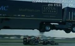 ルノー の大型トレーラー、F1マシンの上を大ジャンプ…ギネス新記録[動画] 画像