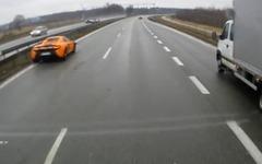 マクラーレンのスーパーカー、650S…雨の高速でスピン事故[動画] 画像