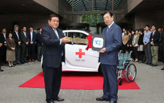 100周年のヤナセ、日本赤十字にスマート寄贈、交通遺児へ寄付など社会貢献活動 画像