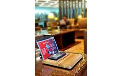 エミレーツ航空、スマホ専用ワイヤレス充電台を設置…ドバイ国際空港ラウンジ 画像