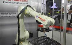【ものづくりワールド15】川重のロボットソフトウェア、教示時間と生産コストを大幅に低減 画像