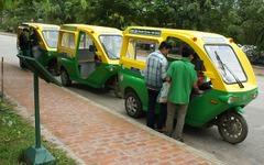 プロッツァ、ラオスで電動三輪車の路線運行を開始 画像