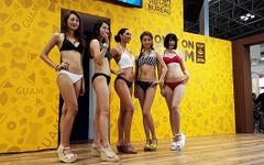 【ツーリズムEXPO】グアムの砂浜を彩る美女たち、華麗に…三愛水着楽園ファッションショー[写真48枚] 画像