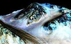 NASA、現在の火星に液体の水が流れている証拠を確認 画像