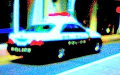 右直事故の乗用車が歩道乗り上げ、歩行者はねる 画像