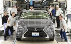 レクサス、初の米国現地生産を開始…ES がラインオフ 画像