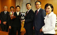 全日本ロードJSB1000クラス4連覇の中須賀選手、馳文部科学大臣を表敬訪問 画像