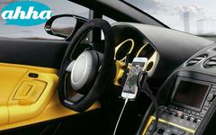 充電機能付きスマートフォンホルダー発売、シガーソケットに装着 画像