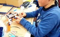 STEM教育の現場、子どもたちが4脚ロボット製作に挑戦 画像