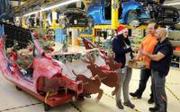 【クリスマス】フォードの独工場にサンタのソリ…廃車の フィエスタ 流用 画像