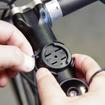 取り付けは、まず自転車にゴムバンドでマウントを固定する。