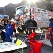 サン・ファンのビバークで2号車の整備準備を進めるメカニックたち
