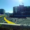 京葉線の車窓から。黄色い線がサーキット、ピンク色の線が滑走路の位置イメージ