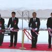 テープカットする野地横浜ゴム社長(右から2人目)と西川旭川市長