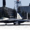 横田基地にラプターが飛来したことはこれまでにもあったが、4機が最大だった。今回は14機も飛来している。