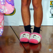 「ハローキティ」とコラボしたピンク色の「三井のリパーク」駐車場のオープニング式典に出席した辻希美。スリッパまでキティちゃん