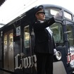 西武鉄道「L-train」の復活イベントとして所沢駅の一日駅長に就任したライオンズ田辺監督。