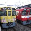 「L-train」の入線前には「KORO-TRAIN」(左)と「RED LUCKY TRAIN」(右)も姿を現した。