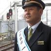 「L-train」の到着を待つ田辺監督。