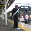 「L-train」の入線を見守る田辺監督。