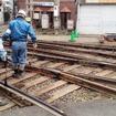 阪堺上町線の保線作業員。廃止された区間の線路に油をさしている
