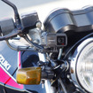スチールチューブマウントでバイクにカメラを固定。最近のバイクはバーハンドルが多いので、ハンドルへの固定もおすすめだ。
