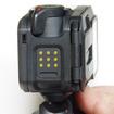 本体右は電極があり、専用のケーブルを取り付けて充電やパソコンへの接続を行う。